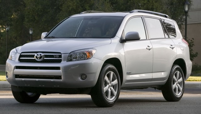 تويوتا تستدعي 700 ألف سيارة لإصلاح مضخات الوقود المعيبة